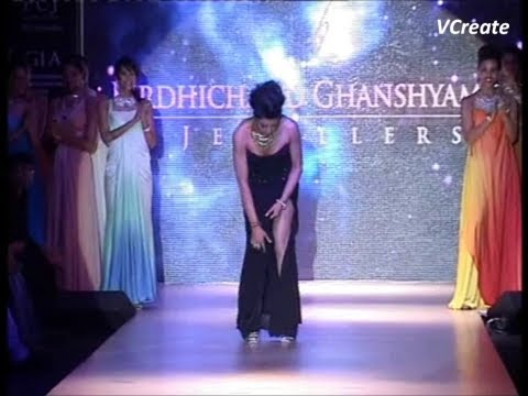 Sushmita Sen's OOPS moment while walking on the ramp. oopsindianmovie